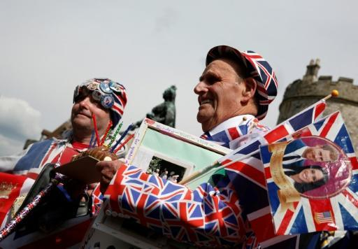 Royal super fans John Loughery (l) and Terry Hutt, celebrating the royal birth outside Windsor Castle