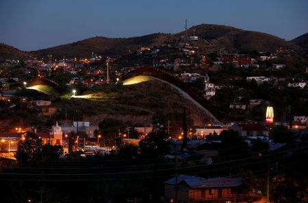 A fence separates the border towns of Nogales, Mexico (R) and Nogales, Arizona, United Sates, October 9, 2016. REUTERS/Mike Blake