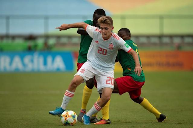 Spain's Roberto Navarro (C) in action against Cameroon's Patrice Ngolna (L) and Daouda Amadou (R) during their U-17 Soccer World Cup 2019 match, at Bezerrão stadium in the city of Gama, Brasilia, Brazil, 03 November 2019. EFE/Joédson Alves