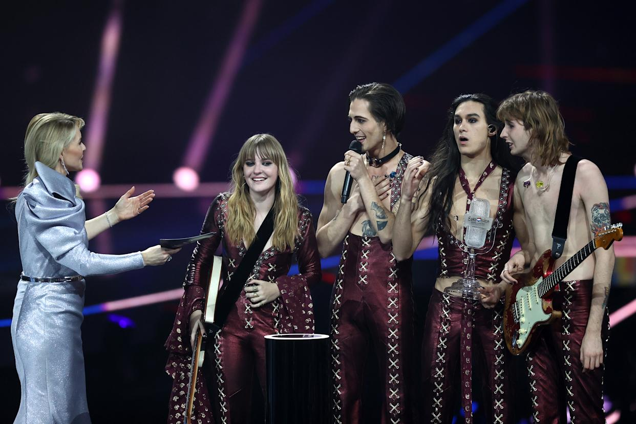 """ROTTERDAM, NETHERLANDS - MAY 22: (L-R) Presenter Chantal Janzen presents the trophy to Victoria De Angelis, Damiano David, Ethan Torchio and Thomas Raggi of Måneskin from Italy for the winning song """"Zitti e buoni"""" (Shut Up And Be Quiet) during the 65th Eurovision Song Contest grand final held at Rotterdam Ahoy on May 22, 2021 in Rotterdam, Netherlands. (Photo by Dean Mouhtaropoulos/Getty Images)"""