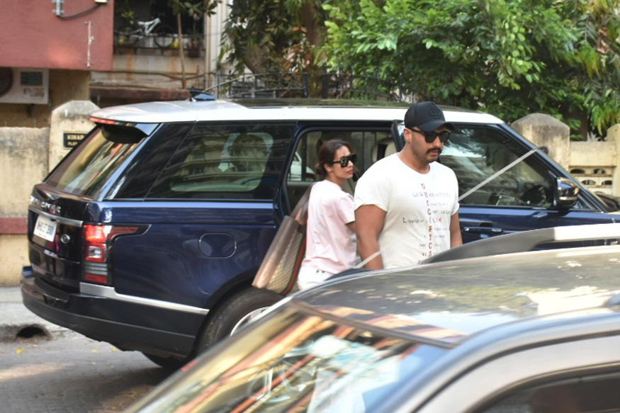 Bollywood diva Malaika Arora managed to be the centre of the news, all thanks to her marriage rumours with actor Arjun Kapoor. Recently, the duo was spotted outside Lilavati Hospital in Mumbai. While the reason for their visit is not known yet, the couple has raised the curiosity among netizens after their recent visit. (Image: Viral Bhayani)