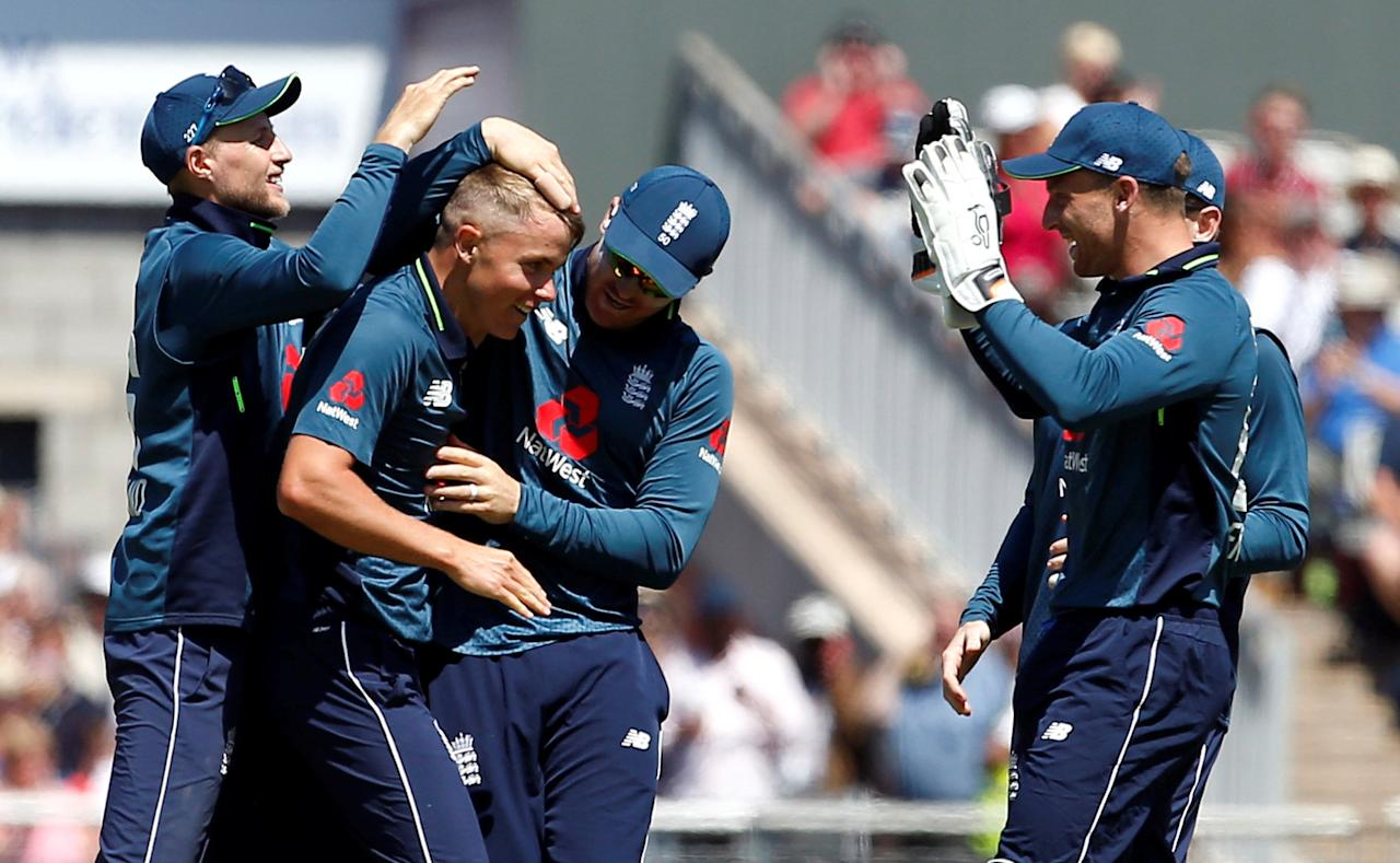 Cricket - England v Australia - Fifth One Day International - Emirates Old Trafford, Manchester, Britain - June 24, 2018   England's Sam Curran and teammates celebrate taking the wicket of Australia's Alex Carey   Action Images via Reuters/Craig Brough