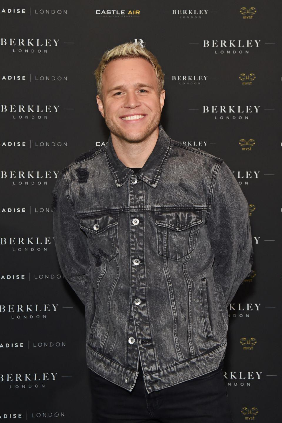 """<p>After knee surgery and a subsequent physical transformation, the singer made sure that his new physique didn't go to waste in quarantine. """"Right now, we can't get to the gym,"""" Murs told <em><a href=""""https://www.menshealth.com/fitness/a32144209/olly-murs-workout-at-home/"""" rel=""""nofollow noopener"""" target=""""_blank"""" data-ylk=""""slk:Men's Health"""" class=""""link rapid-noclick-resp"""">Men's Health</a></em>. """"But we can still train. We can still do it at home.""""</p><p><a class=""""link rapid-noclick-resp"""" href=""""https://www.youtube.com/watch?v=JIuZc-HNfGc&t=112s"""" rel=""""nofollow noopener"""" target=""""_blank"""" data-ylk=""""slk:Watch here"""">Watch here</a></p>"""