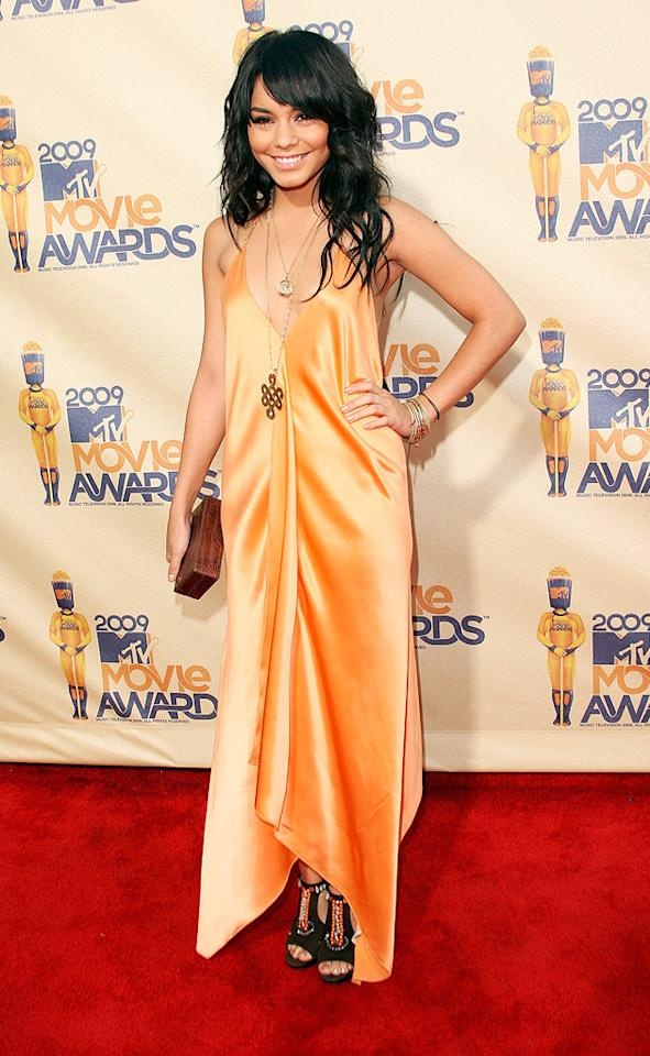 """<a href=""""http://movies.yahoo.com/movie/contributor/1808436979"""">VANESSA HUDGENS</a>  Grade: B  The color of Vanessa's dress was bright and summery, and the neckline was low and a little flirty. But the rest is a shimmery but formless muddle."""