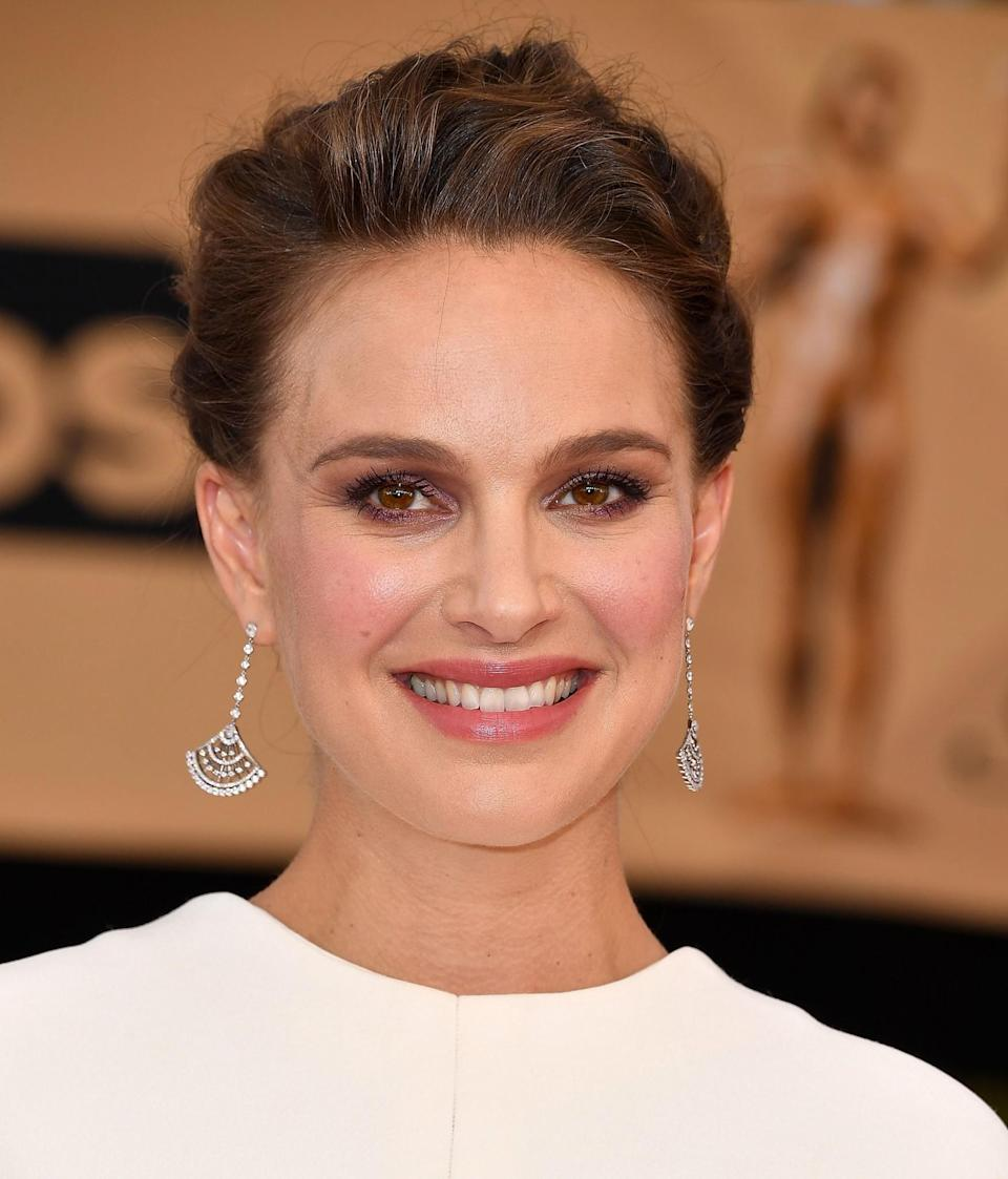 <p>Pregnant Natalie Portman was glowing with rosy cheeks, bronze eyeshadow and her hair in a chic up-do. [Photo: Getty] </p>