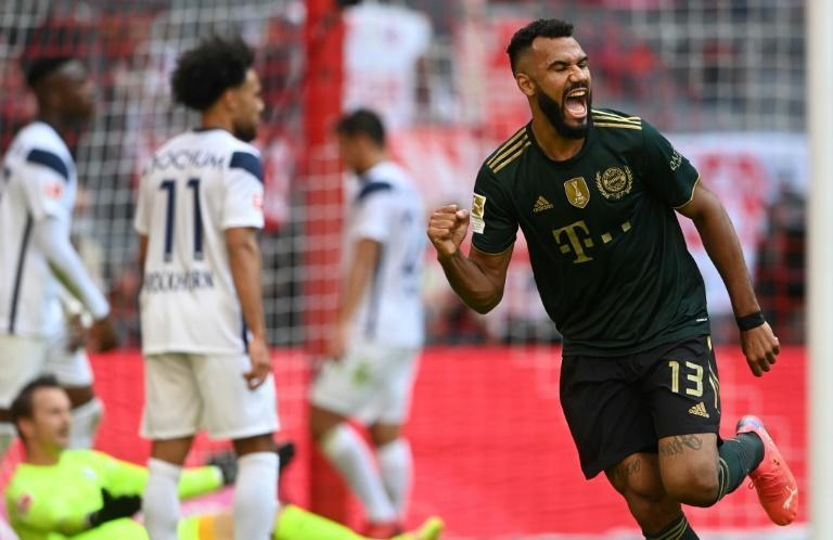 Cameroonian Eric Maxim Choupo-Moting (R) celebrates scoring the final goal for Bayern Munich in a 7-0 rout of Bochum (AFP/Christof STACHE)