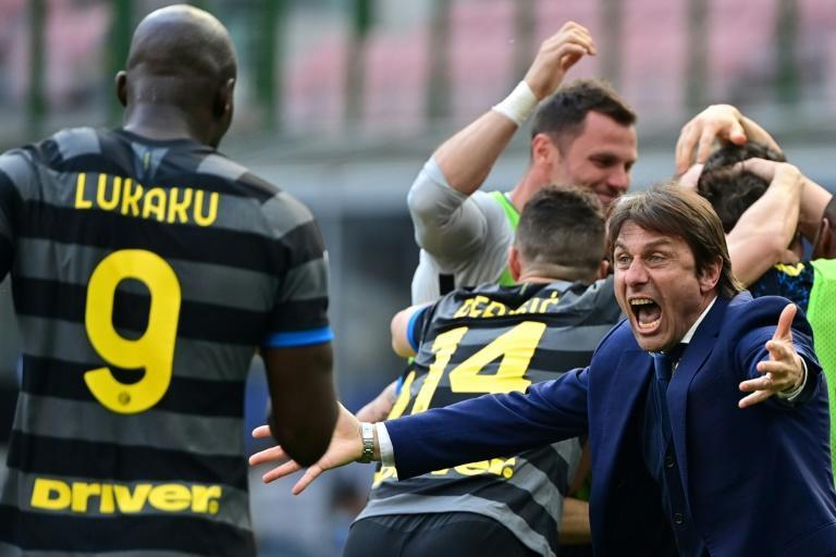 Inter Milan coach Antonio Conte (R) celebrates after beating Verona as his side closes in on a first Serie A title since 2010