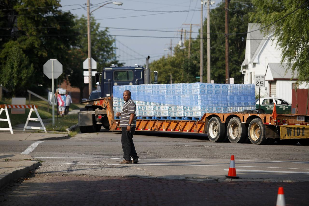 "A truck arrives with cases of water outside Waite High School in Toledo, Ohio August 3, 2014. Some 500,000 residents in and around Toledo, Ohio were without safe drinking water for a second day on Sunday while local water supplies were being tested following the discovery of high toxin levels from algae on Lake Erie. Health officials sent samples to several laboratories on Saturday for testing after finding Lake Erie may have been affected by a ""harmful algal bloom,"" but results would not return until Sunday, Ohio Environmental Protection Agency spokeswoman Heidi Griesmer said. The lake provides the bulk of the area's drinking water. REUTERS/Joshua Lott (UNITED STATES - Tags: DISASTER ENVIRONMENT)"