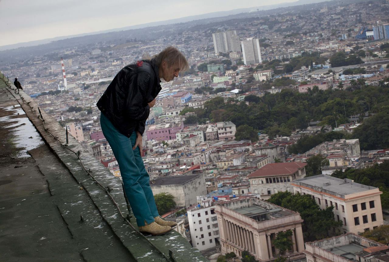 "Alain Robert known as ""Spiderman,"" looks over the edge from the roof of the Habana Libre hotel in Havana, Cuba, Friday, Feb. 1, 2013. (AP Photo/Ramon Espinosa)"