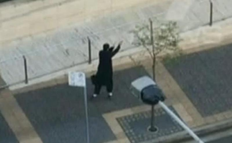 Farhad Jabar Khali Mohammad fires at police officers. Picture: Seven News