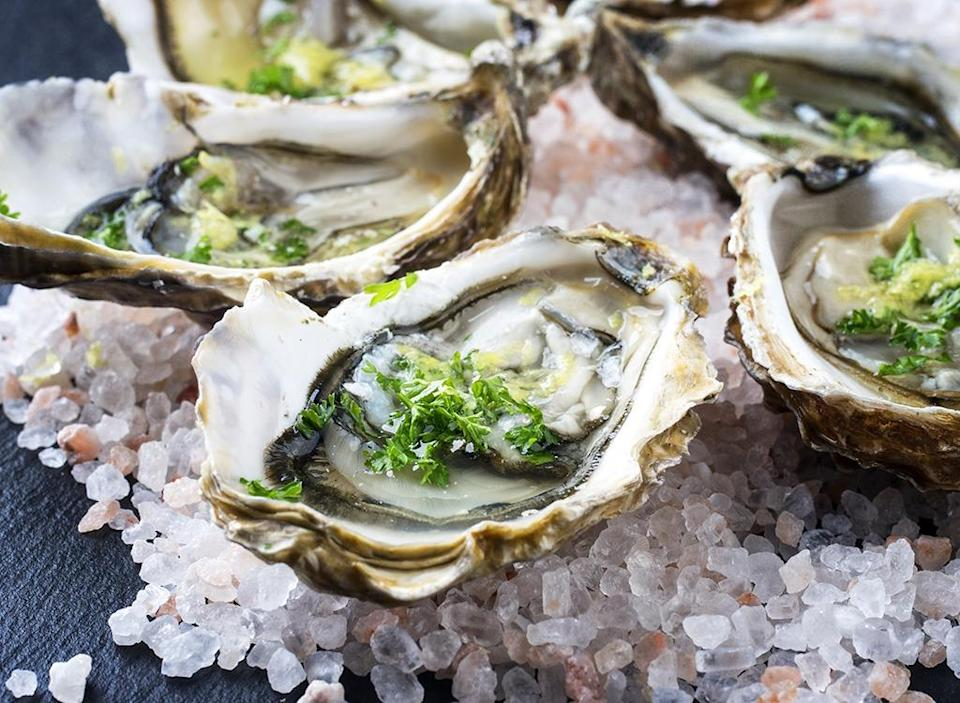 raw oysters on ice