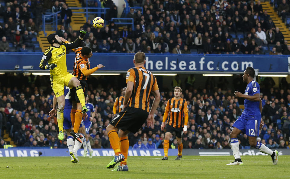 Chelsea's Czech goalkeeper Petr Cech punches the ball away during an English Premier League football match against Hull City in London on December 13, 2014 (AFP Photo/Justin Tallis)