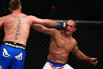 MMA fighter Junior Dos Santos (R) has shown signs of suffering a concussion during competition. (USA TODAY Sports)