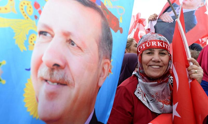 Supporters of the Turkish president Recep Tayyip Erdoğan celebrate the referendum result in Ankara, April 2017