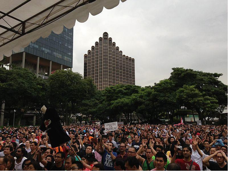 """<p>Despite a steady drizzle, an estimated 4,000 turn up for the <a href=""""http://sg.news.yahoo.com/huge-turnout-at-speakers--corner-for-population-white-paper-protest-101051153.html"""" target=""""_blank"""">population White Paper protest</a>.</p>"""