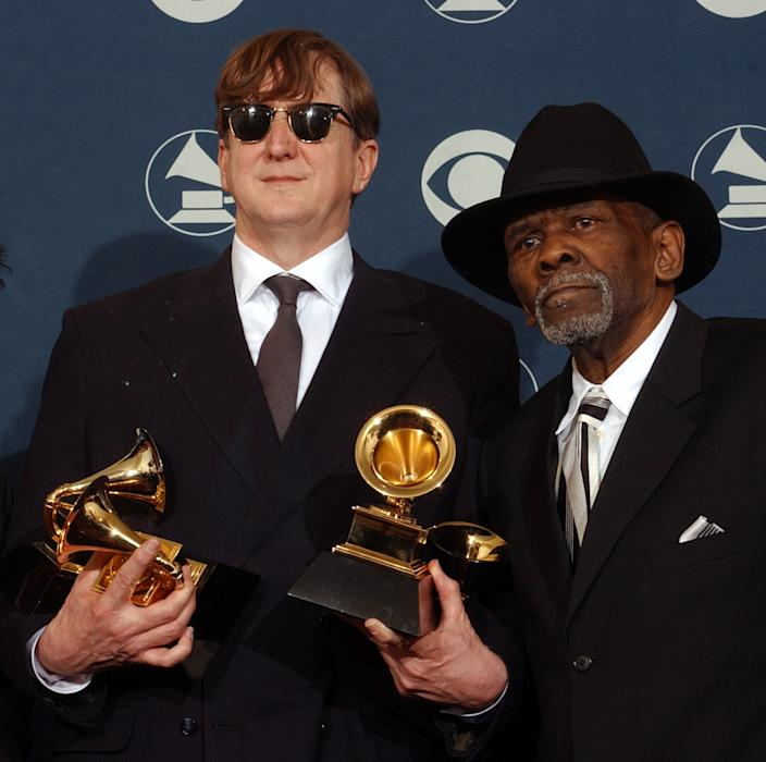 """T Bone Burnett, left, and James Carter, right, backstage after the movie soundtrack """"O Brother, Where Art Thou"""" won Album of the Year at  Grammy Awards. . (Photo: Richard Hartog/Los Angeles Times via Getty Images)"""