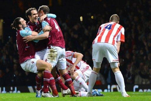 West Ham's Joey O'Brien (2nd L) celebrates after scoring