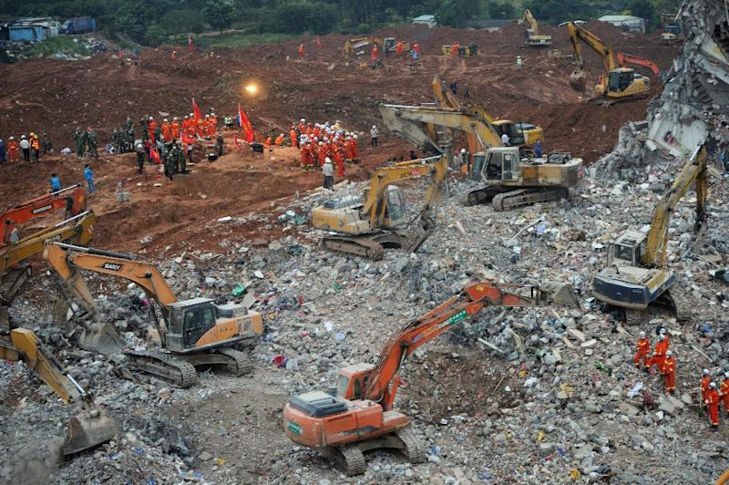 Chinese rescuers work at the site of a landslide that hit an industrial park in Shenzhen, Guangdong province, on December 22, 2015 (AFP Photo/)