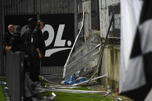 Stadium staff inspect the damage following collapse of a barrier during a French Ligue 1 match at the Licorne stadium in Amiens, on September 30, 2017 (AFP Photo/FRANCOIS LO PRESTI)