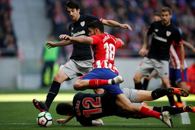Soccer Football - La Liga Santander - Atletico Madrid vs Athletic Bilbao - Wanda Metropolitano, Madrid, Spain - February 18, 2018 Atletico Madrid's Diego Costa in action with Athletic Bilbao's Unai Nunez REUTERS/Javier Barbancho