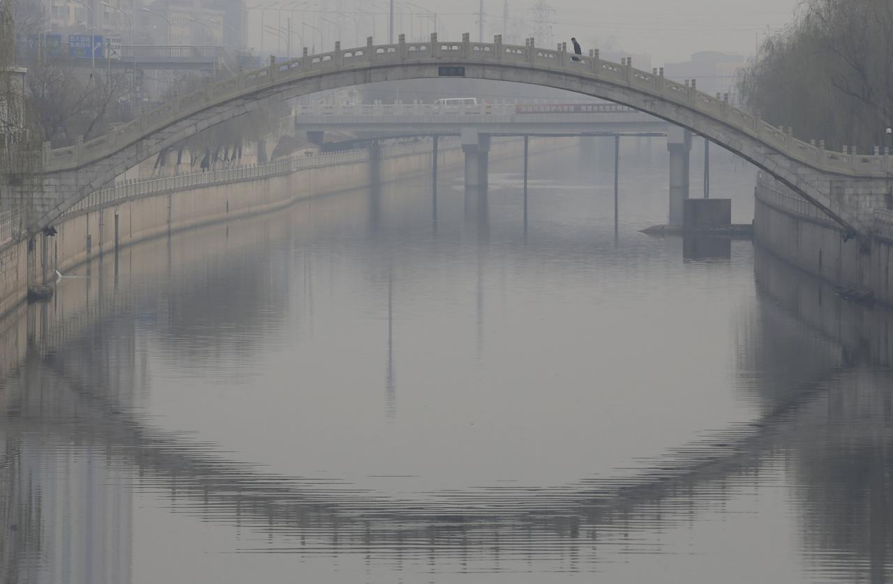 A man walks on a bridge on a hazy day in Beijing, China, December 7, 2015. REUTERS/Jason Lee      TPX IMAGES OF THE DAY