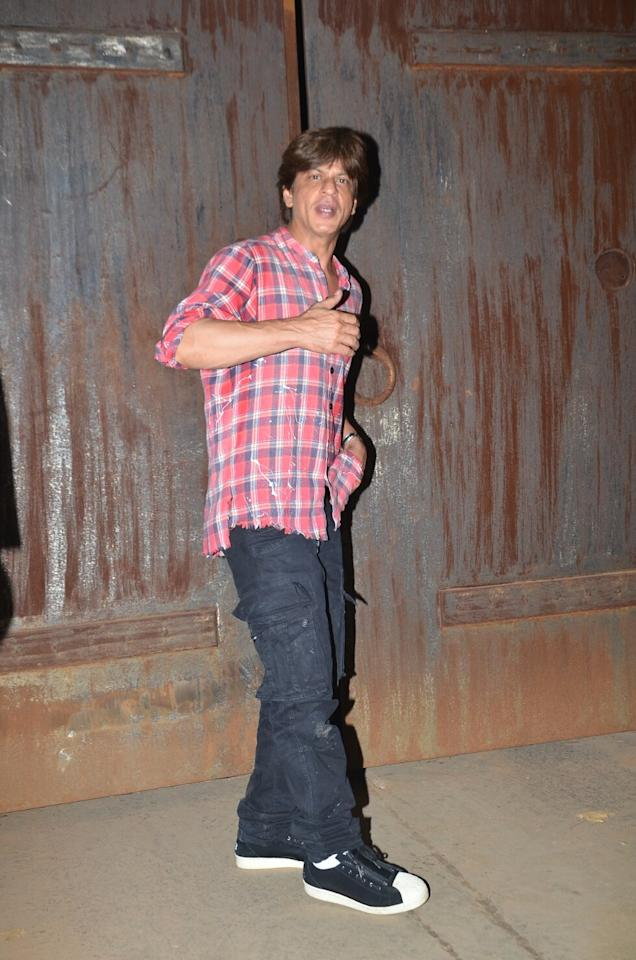 <p>SRK at his Alibaug farmhouse as he waves to media and fans </p>