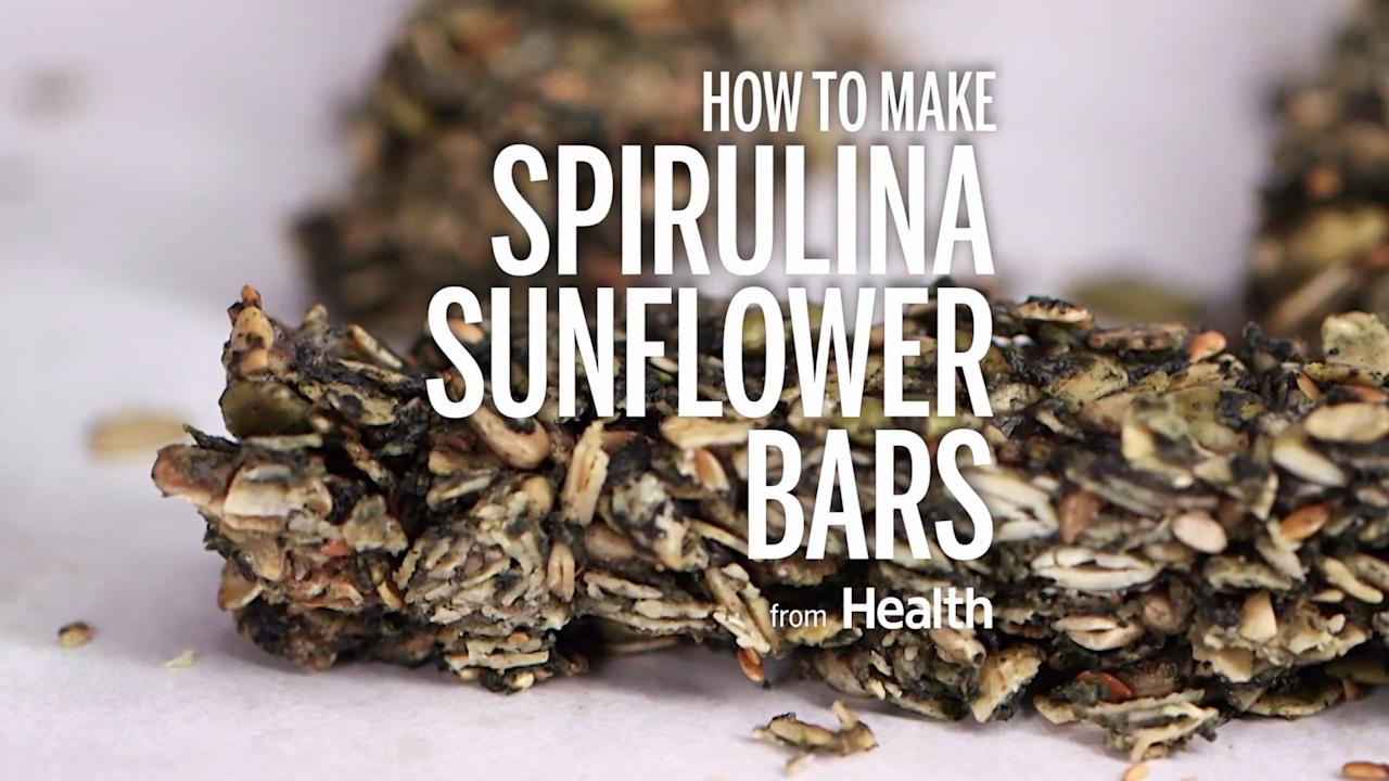 In this oatmeal breakfast bar recipe, spirulina powder adds protein, vitamins, minerals, and antioxidants. Watch the video to see how to make this healthy snack.