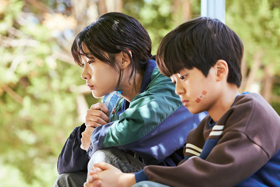 Kang Sae-byeok with her brother in Squid Game.