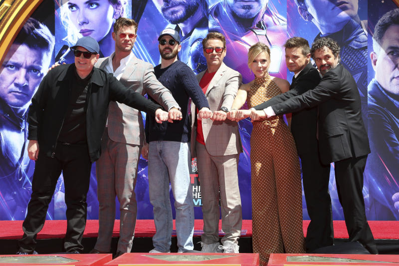 "El presidente de Marvel Studios Kevin Feige, de izquierda a derecha, posa con miembros del elenco de ""Avengers: End Game"", Chris Hemsworth, Chris Evans, Robert Downey Jr., Scarlett Johansson, Jeremy Renner y Mark Ruffalo en una ceremonia para colorar sus huellas en el Teatro Chinino TLC el martes 23 de abril de 2019 en Los Angeles. (Foto Willy Sanjuan/Invision/AP)"