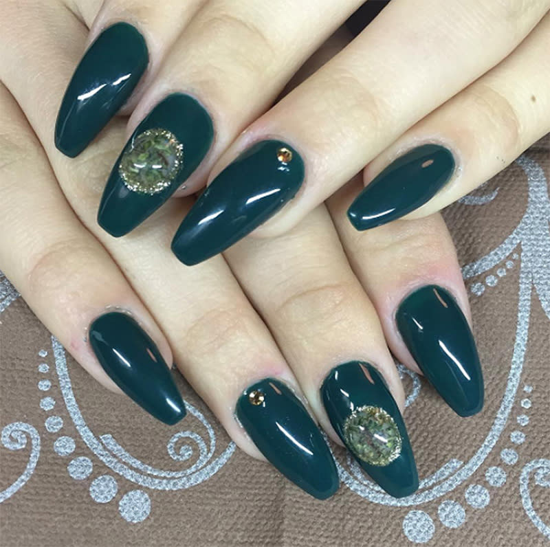 """<p>Forest-green nails look that much better with small planets of weed. (Photo: Instagram/<a rel=""""nofollow"""" href=""""https://www.instagram.com/p/BFtYX2nmHMf/"""">kalanails</a>) </p>"""