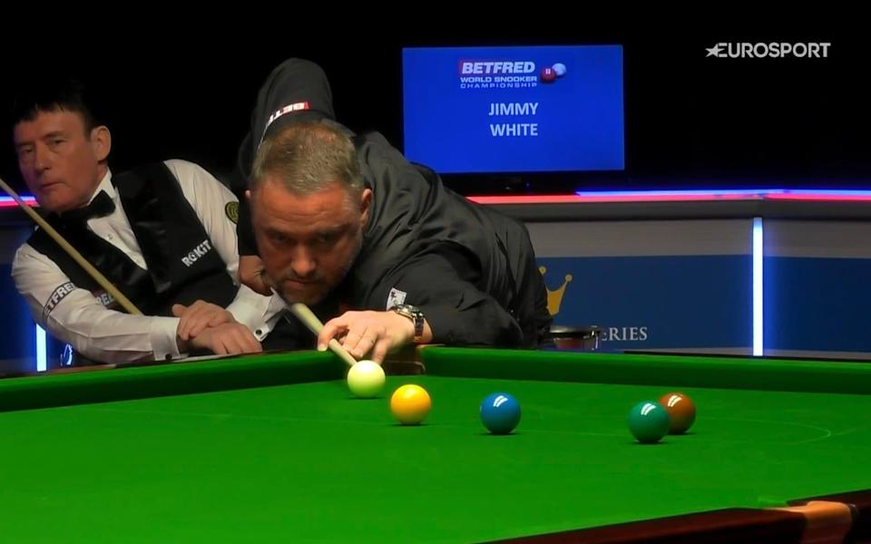 Jimmy White watches Stephen Hendry - EUROSPORT