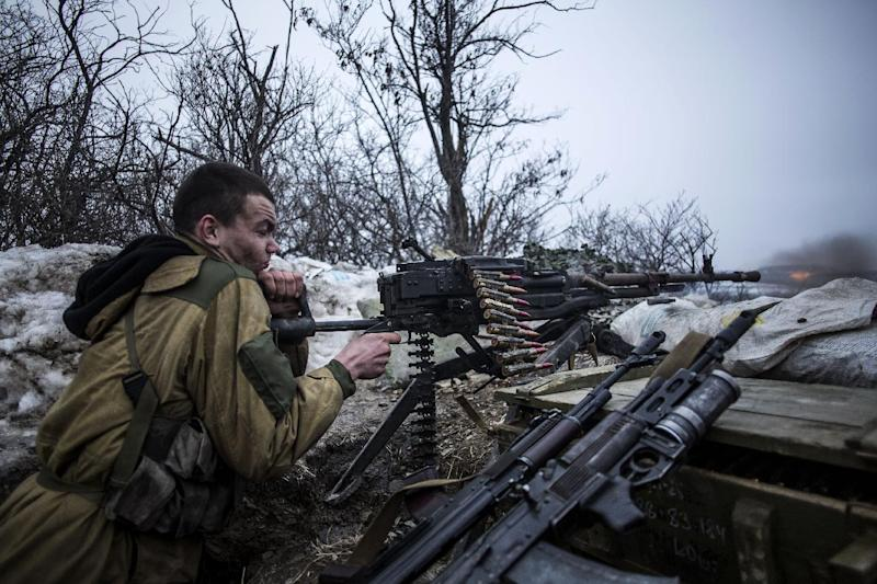 A pro-Russian separatist fires at Ukrainian soldiers in the vicinity of the eastern Ukrainian city of Debaltseve, in the Donetsk region, on January 28, 2015 (AFP Photo/Manu Brabo)