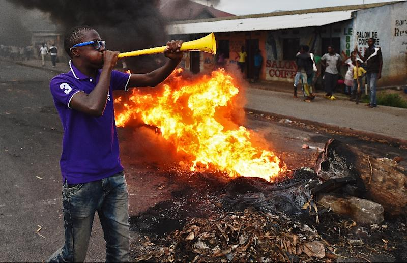 Protesters gather by a burning barricade during a demonstration in the Cibitoke neighborhood of Bujumbura on May 19, 2015 (AFP Photo/Carl de Souza)
