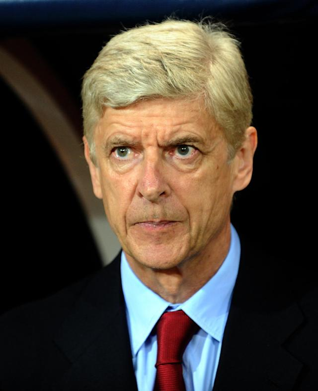 Arsenal manager Arsene Wenger waits for the begining of the UEFA Champions League play-off against Besiktas in Istanbul, August 19, 2014 (AFP Photo/Ozan Kose)
