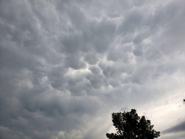 Storm clouds threaten Oyen, Alta., around 5:30 p.m. on Tuesday. A tornado warning was issued for the region at 5:15 p.m. The alert ended shortly after 6 p.m. (Tracy Hudson/Twitter - image credit)