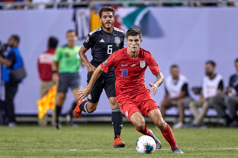 CHICAGO, IL - JULY 07: United States midfielder Christian Pulisic (10) dribbles the ball during the CONCACAF Gold Cup final match between the United States and Mexico on July 07, 2019, at Soldier Field in Chicago, IL. (Photo by Robin Alam/Icon Sportswire via Getty Images)