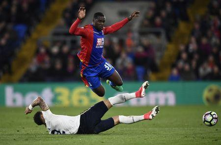 Britain Soccer Football - Crystal Palace v Tottenham Hotspur - Premier League - Selhurst Park - 26/4/17 Crystal Palace's Jeffrey Schlupp in action with Tottenham's Kyle Walker Reuters / Dylan Martinez Livepic