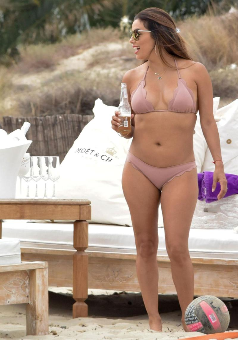 Eva wasn't afraid to show off her curves in the stunning two-piece, while completing her look with a pair of sassy sunglasses. Source: Mega