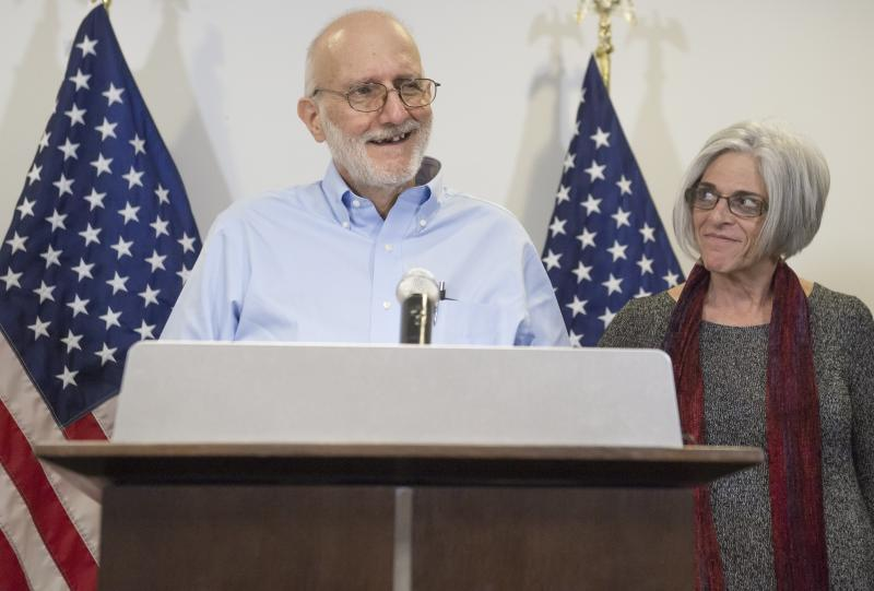 Alan Gross, alongside his wife Judy, speaks at a press conference on December 17, 2014 in Washington, DC (AFP Photo/Saul Loeb)
