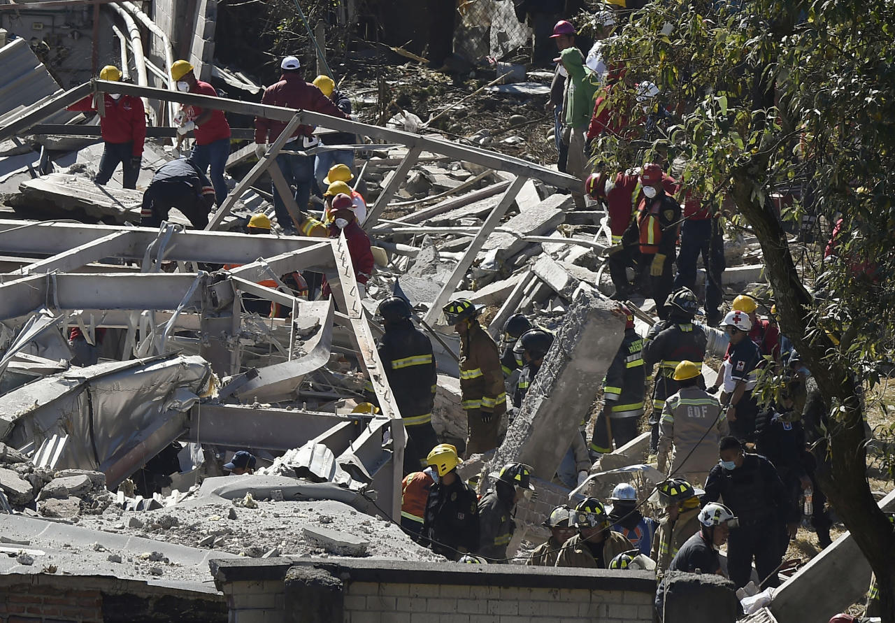 Rescuers work amid the wreckage caused by an explosion in a hospital in Cuajimalpa, Mexico City, on January 29, 2015 (AFP Photo/Ronaldo Schemidt)