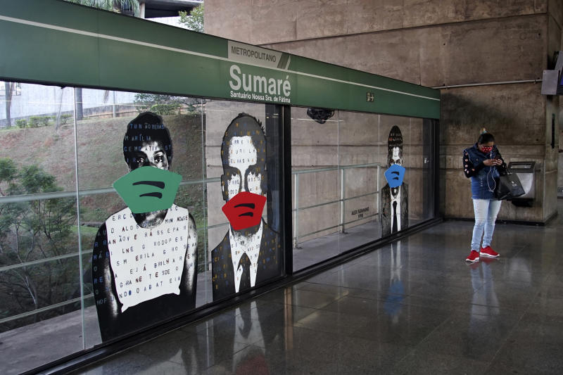 SãO PAULO, BRAZIL - 2020/05/28: Artist Alex Flemming puts masks on portraits at the Sumare subway station, in the city of Sao Paulo. The action is to warn about the importance of using face protection masks, preventing the spread and contagion of the new coronavirus that transmits Covid-19. (Photo by Cris Faga/Pacific Press/LightRocket via Getty Images)