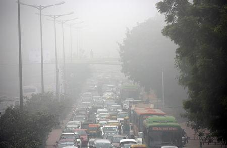 FILE PHOTO: Morning traffic during heavy fog in Delhi, India December 1, 2016. REUTERS/Cathal McNaughton/File Photo