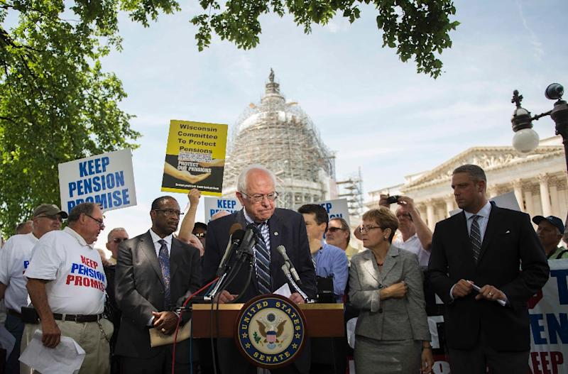 US Senate Budget Committee ranking member Senator Bernie Sanders (C), I-Vermont, speaks during a news conference to discuss legislation to restore pension guarantees, in front of the US Capitol in Washington, DC, June 18, 2015 (AFP Photo/Jim Watson)