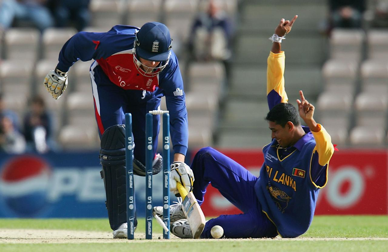 SOUTHAMPTON, ENGLAND - SEPTEMBER 18: Tillekaratne Dilshan (R) of Sri Lanka celebrates after running out Marcus Trescothick of England during the ICC Champions Trophy match between England and Sri Lanka on September 18, 2004 at the Rosebowl in Southampton, England. (Photo by Scott Barbour/Getty Images)