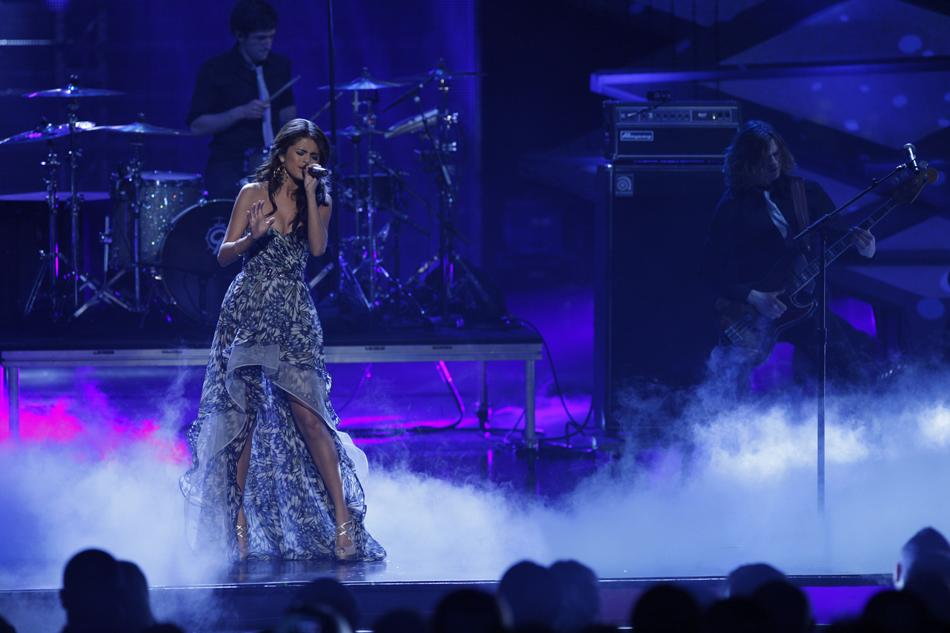 "Selena Gomez performs at ""People's Choice Awards 2011."""