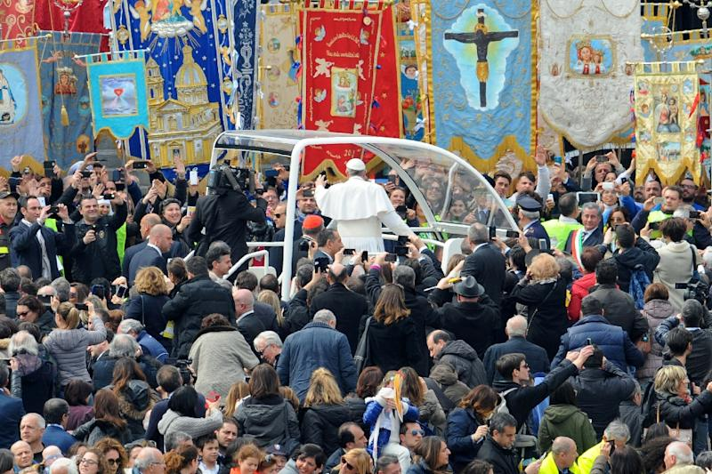 Pope Francis greets the crowd as he arrives for a pastoral visit and a mass at the Piazza del Plebiscito on March 21, 2015 in Naples, Italy (AFP Photo/Mario Laporta)
