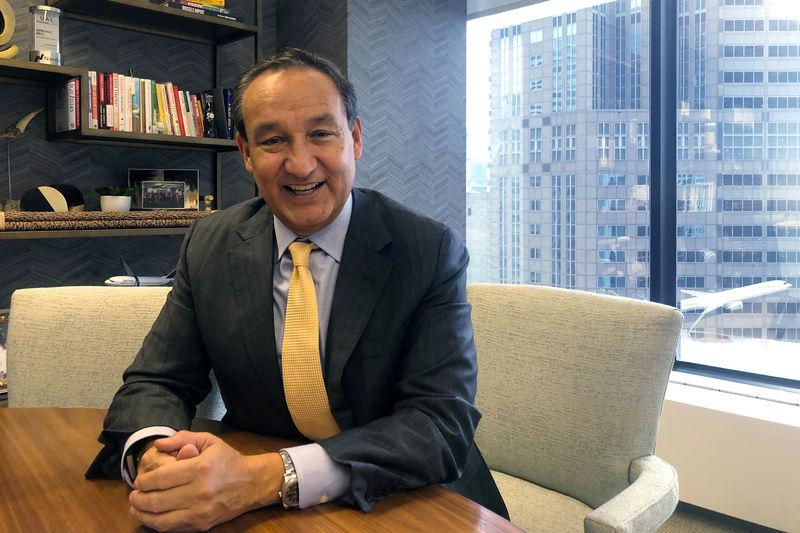 FILE PHOTO: United Airlines Chief Executive Officer Oscar Munoz poses for pictures in his office at the company's headquarters in Chicago