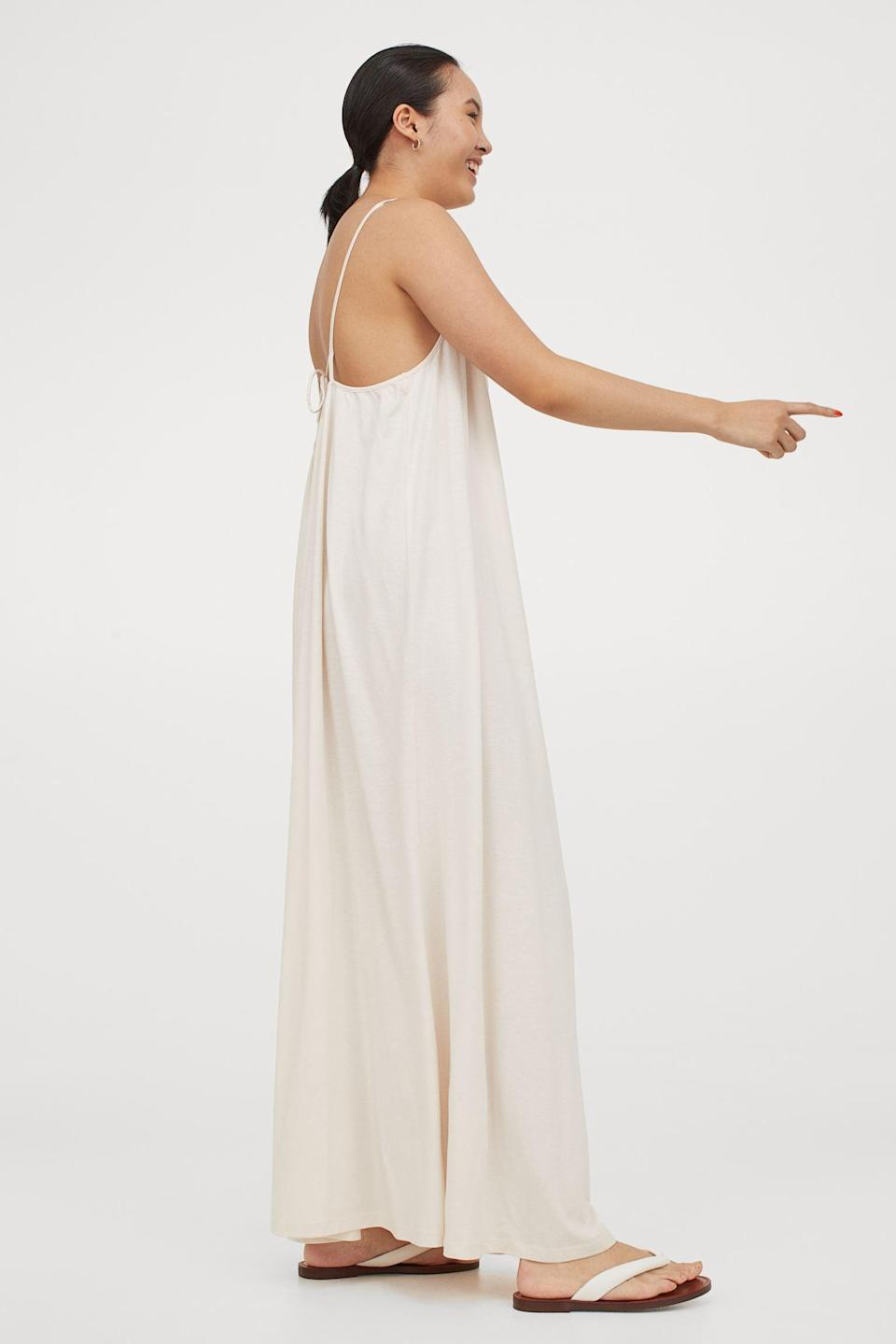 <p>Headed to the airport, and want something comfy? This <span>H&amp;M Sleeveless Maxi Dress</span> ($25) has you covered with effortless style, a relaxed silhouette, and maximum comfort.</p>