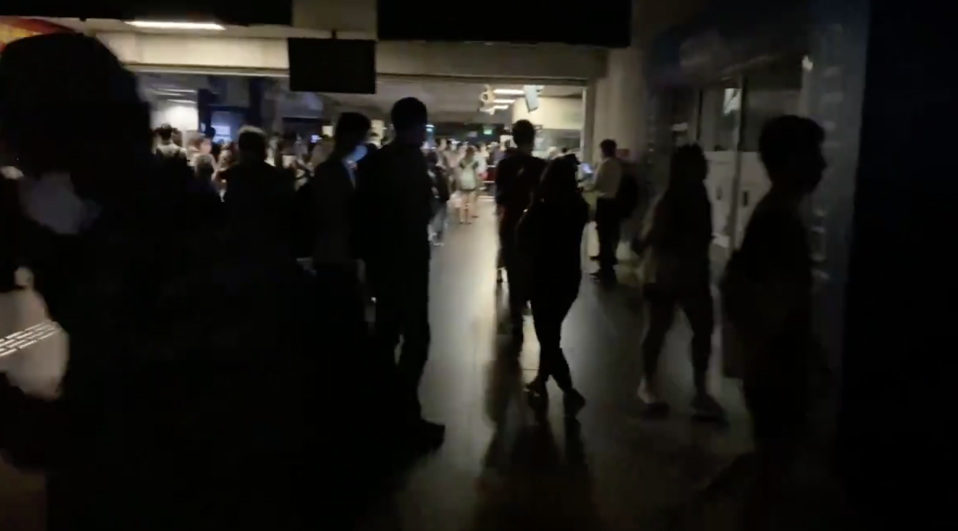 Blackout at Boon Lay MRT staion on 14 October, 2020. (SCREENSHOT: @CipherDonuts/Twitter)