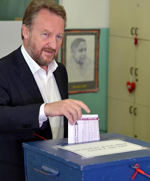 Bakir Izetbegovic, a member of Bosnia's tripartite presidency, casts his vote at one of polling stations in Sarajevo, on October 12, 2014 (AFP Photo/Elvis Barukcic)